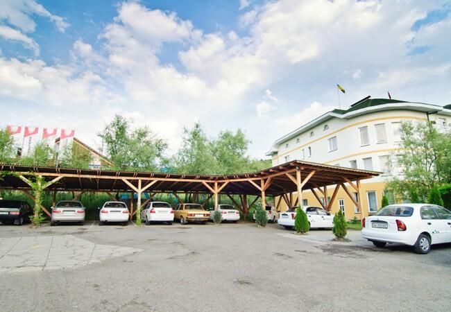 Отель Континент в Поляне - Парковка